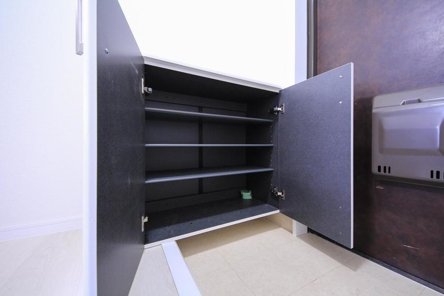 玄関にはシューズボックスを完備。天面は小物置きとして使えます