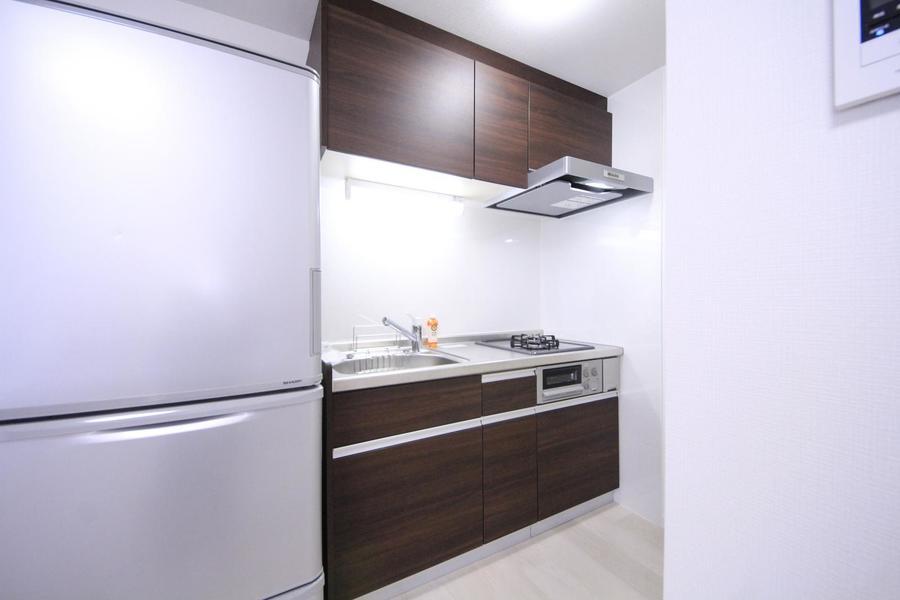 ダークブラウンの木目がシックな、広々使えるキッチン