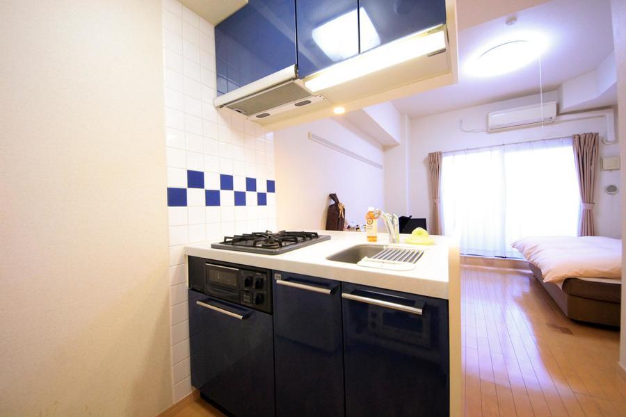 白にネイビーブルーが際立つ、おしゃれな2口ガスコンロのオープンキッチン