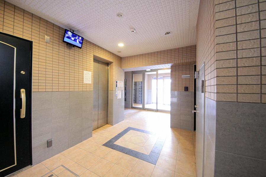 エレベータホールは光が指して明るい空間