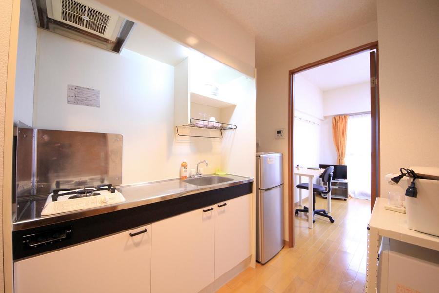 白を基調とした清潔感あるキッチン。ガスコンロは1口タイプです