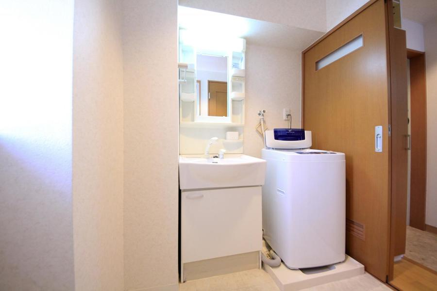 独立洗面台はシャンプードレッサーを完備!毎朝の身だしなみチェックも安心