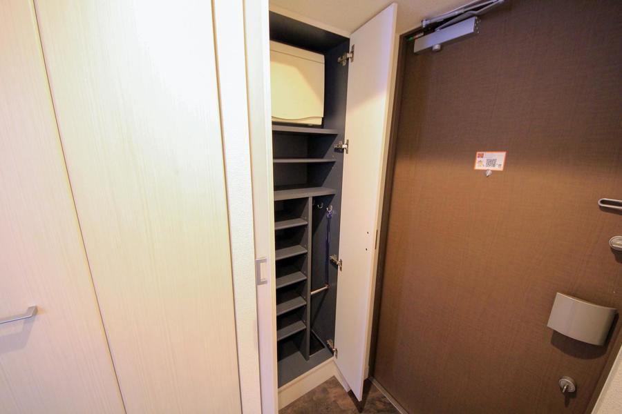 散らかりがちな玄関もシューズボックスでスッキリ。傘も収納できます