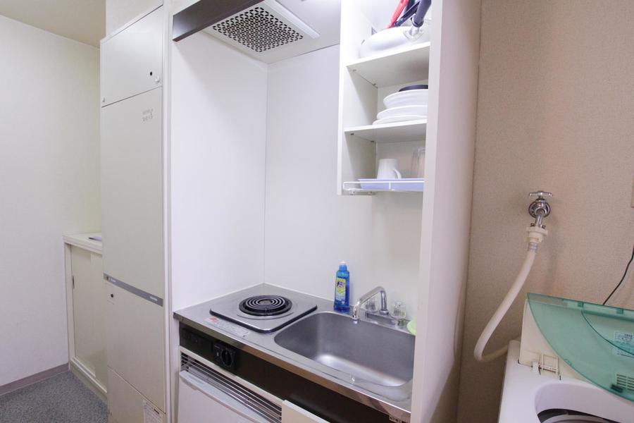 キッチンはコンパクトかつシンプル。コンロは電気タイプを搭載しています