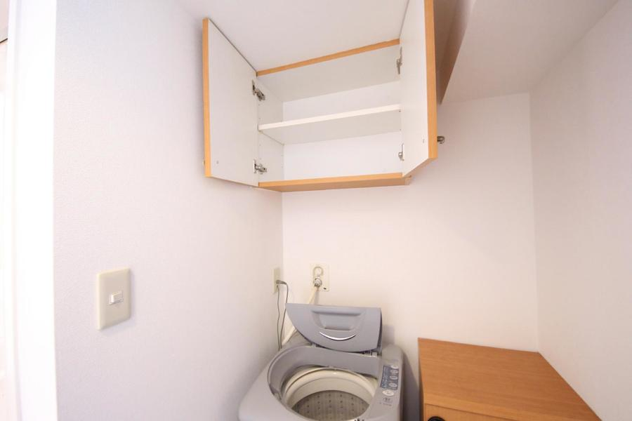 吊り収納には洗剤などの日用品が収納できます