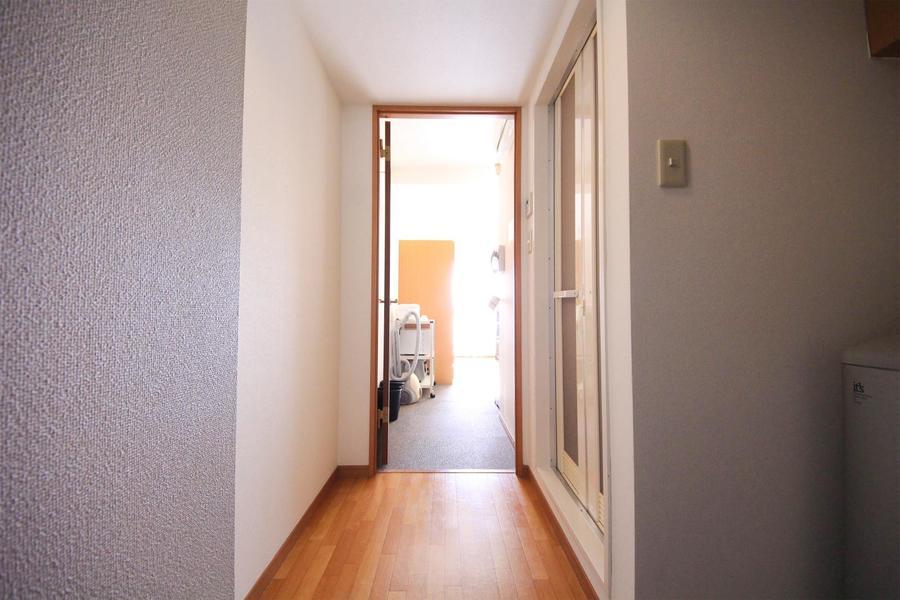 カーペット敷きのお部屋を出るとあたたかな色合いのフローリングに