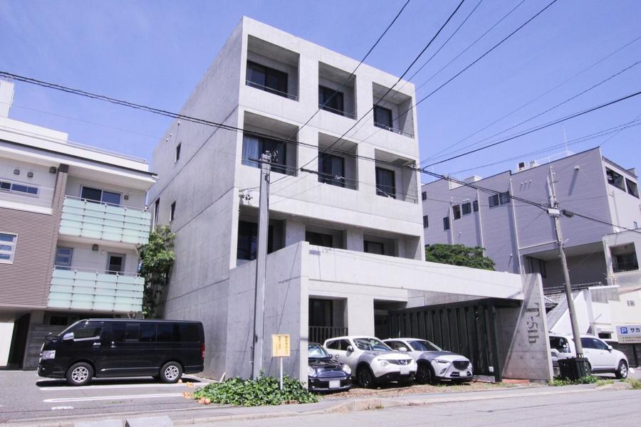 コンクリートのスクエアフォルムが印象的。デザイン性の高いマンションです