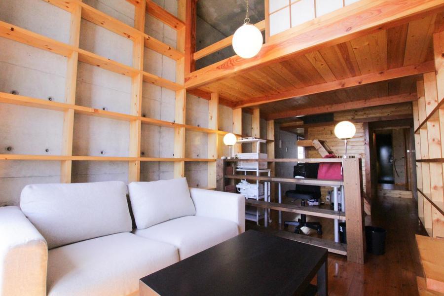 木の枠組みをそのまま活かしたお部屋はデザイン性もインパクトも抜群