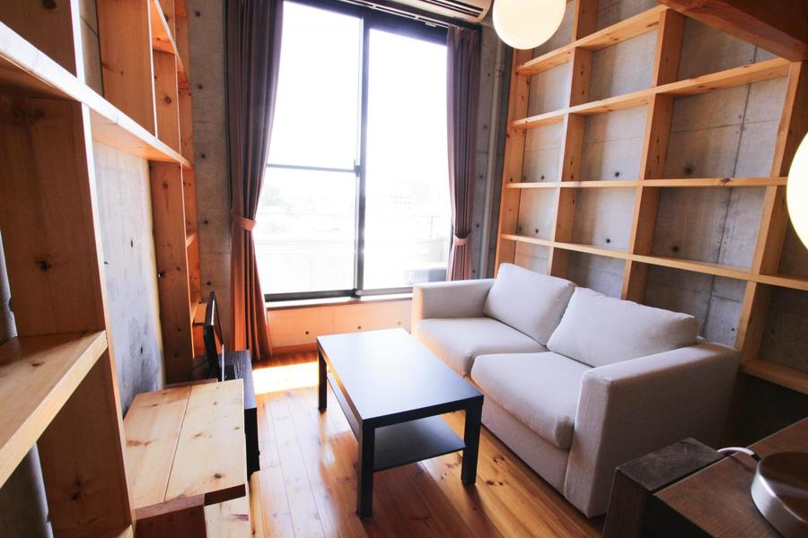 コンクリートと木材という異なる素材を最大限に活かしたお部屋です