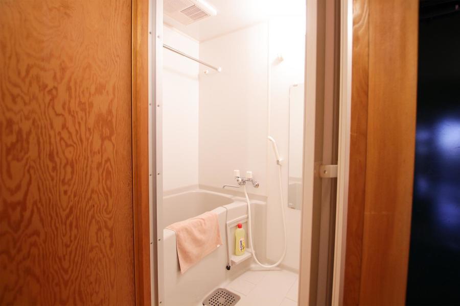 白で統一されたバスルーム。浴室乾燥機能搭載です