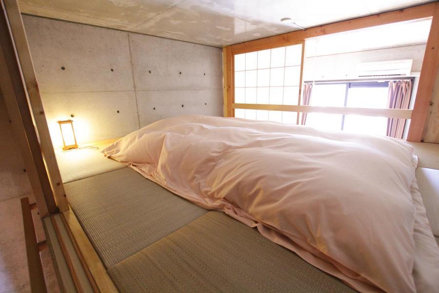 ロフト上の寝室は畳敷き。居室とはまた違う趣の中でお休みいただけます