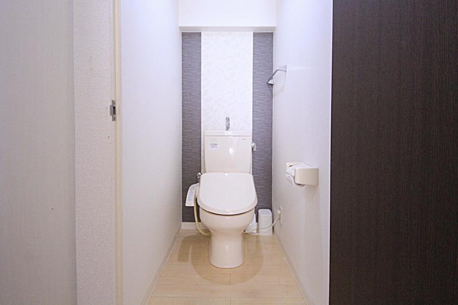簡素になりがちなお手洗いも木目調の床であたたかな印象に