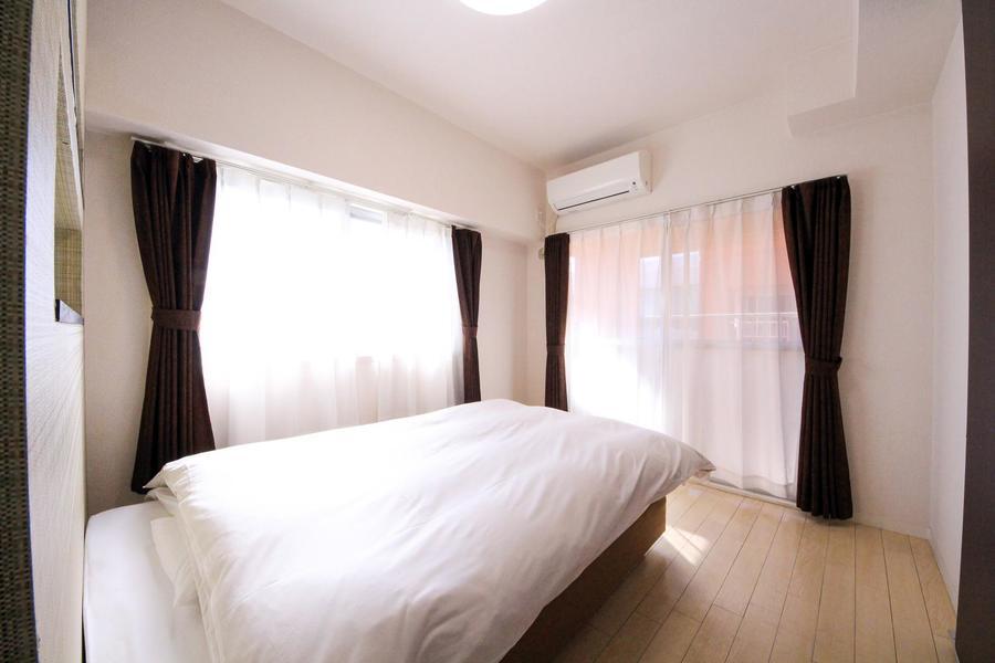 寝室はオフホワイトを基調とした落ち着いたカラーリング