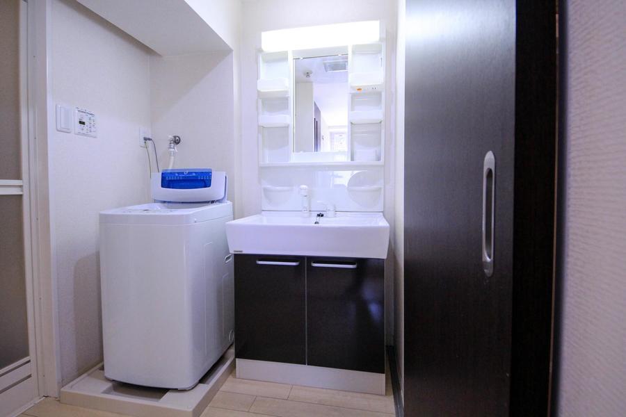 室内と同じカラーリングでまとめられた洗面台。人気のシャワードレッサータイプ