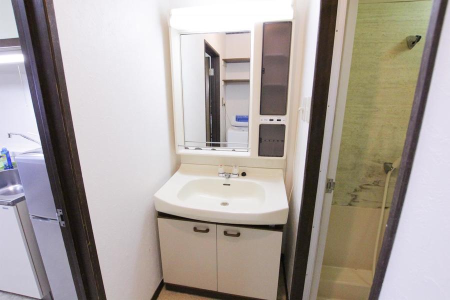 大きな鏡の洗面台。収納スペースがあるのもポイントです