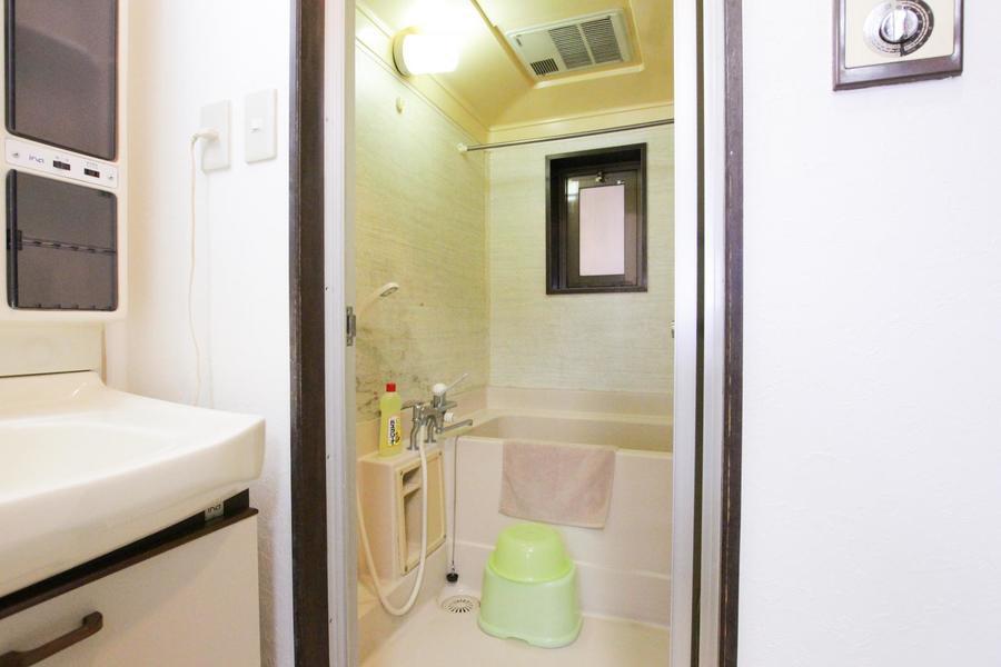 大理石模様の壁面がお洒落な浴室
