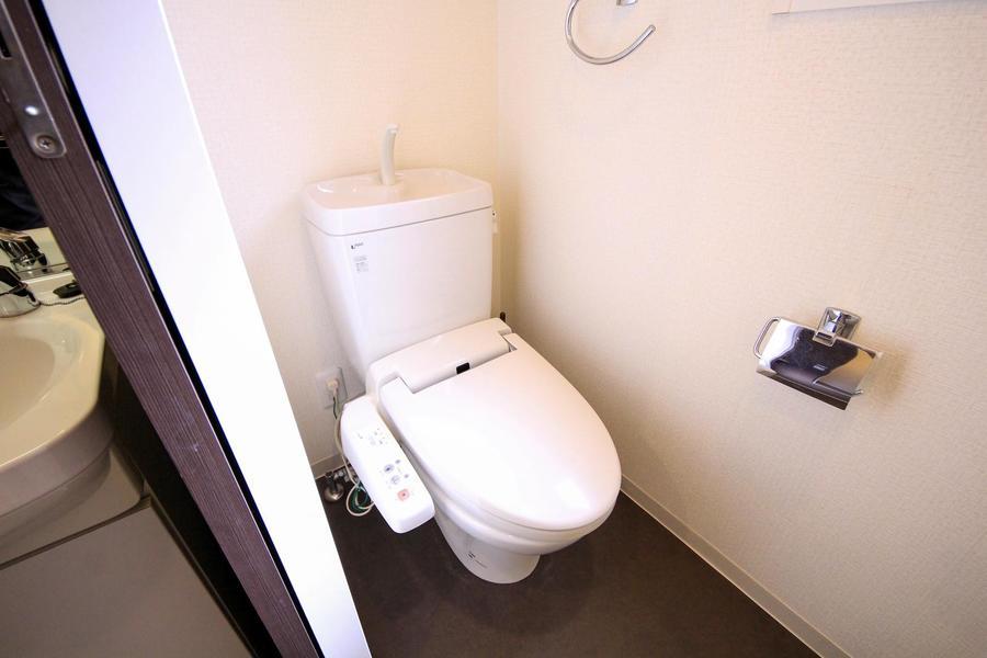 シックながらも清潔感のあるお手洗いは人気のシャワートイレ