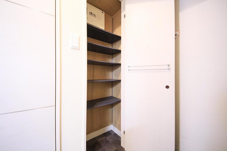 シューズボックスは天井まで届くハイタイプ。高さのある靴も収納OK