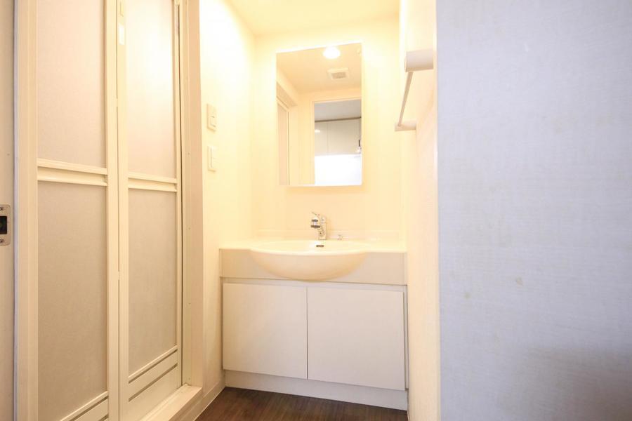 身だしなみに欠かせない洗面台は大きめの鏡がポイント!