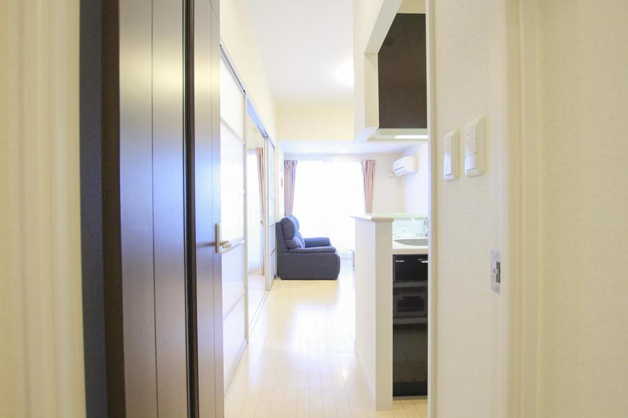 廊下もリビング、お部屋と同じフローリング。洗練された統一感があります