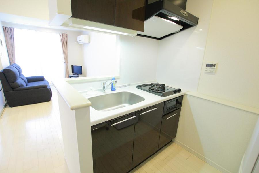 白とダークブラウンのツートンカラーがおしゃれなオープンキッチン
