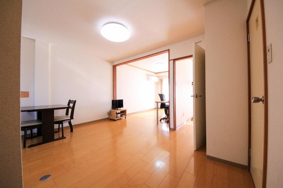 玄関からリビング、洋室とフローリングで統一。段差もなく安心です