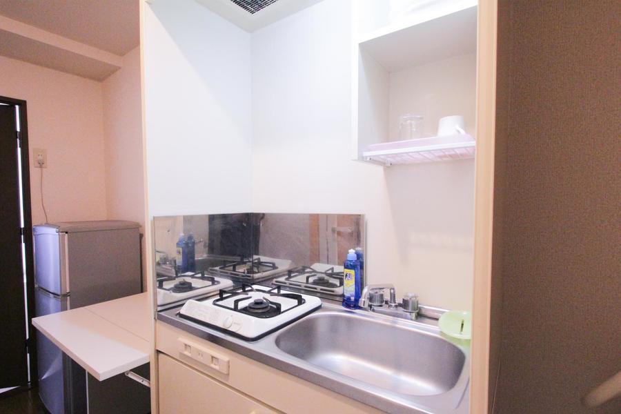 キッチンにはサイドテーブルが付属。ちょっとした置き場としてご利用ください