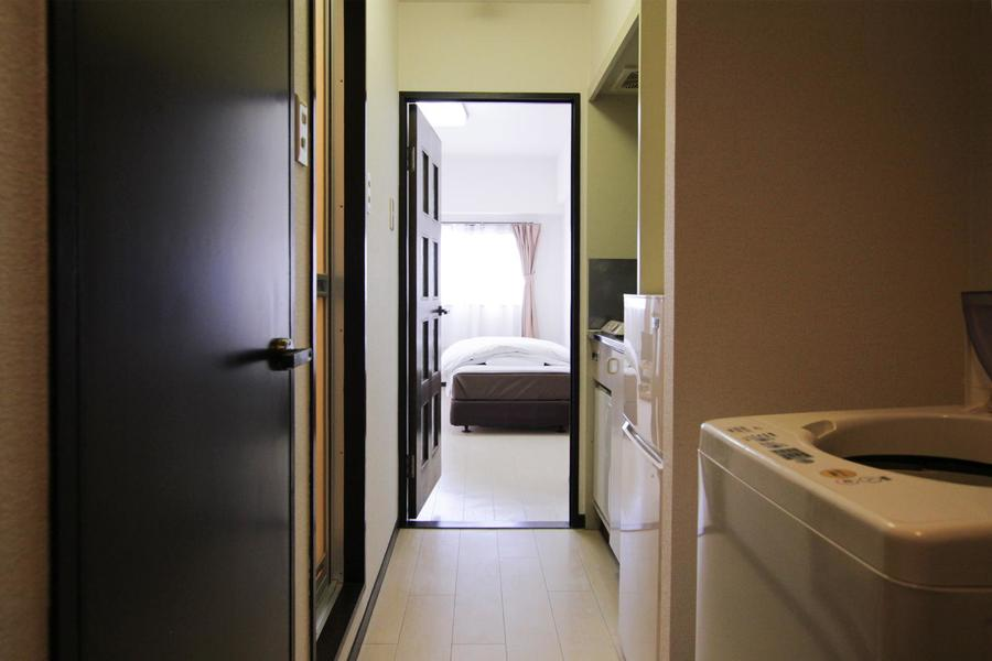 廊下は壁紙、扉ともにお部屋と同じ色合い。統一感があります