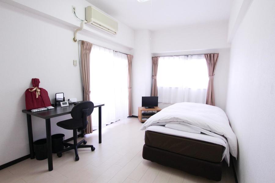 2つの窓でしっかり光を取り込み、明るいお部屋。白い壁紙がより輝いてみえます