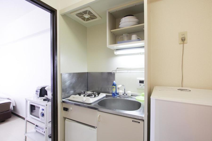 コンパクトで使いやすいキッチン。便利な吊り棚も設置されています