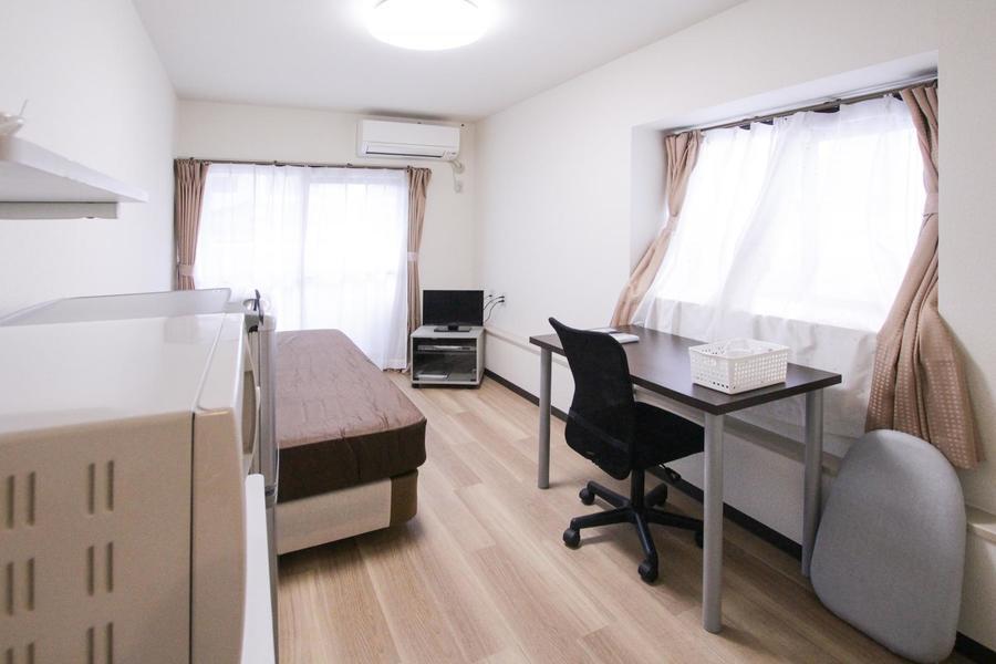 木目フローリングと白を基調とした室内。2面採光で明るさもしっかり