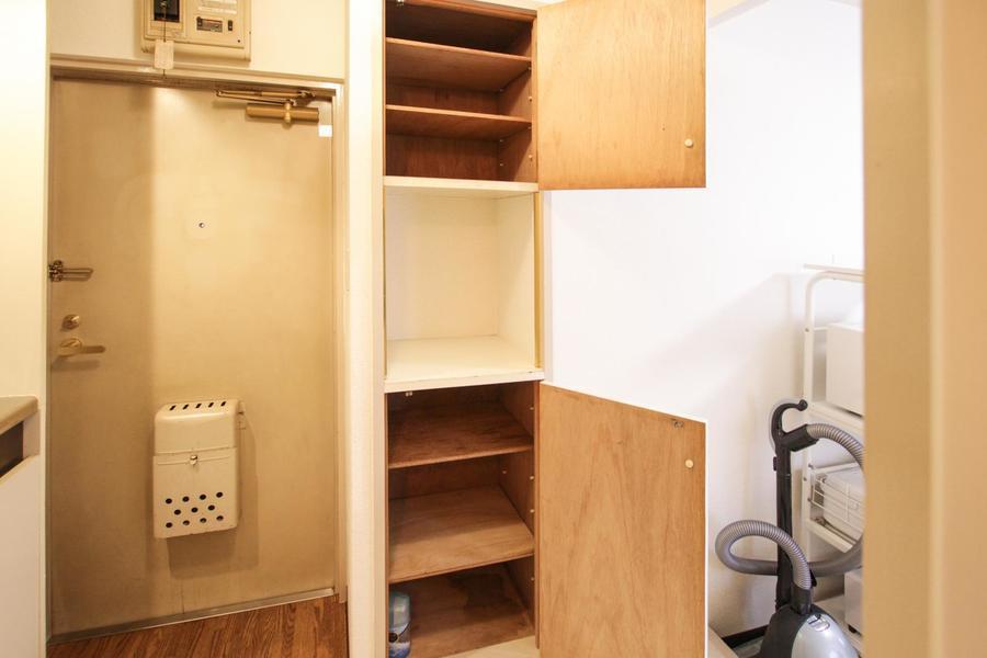 玄関脇にはシューズボックスの他に収納棚を設置