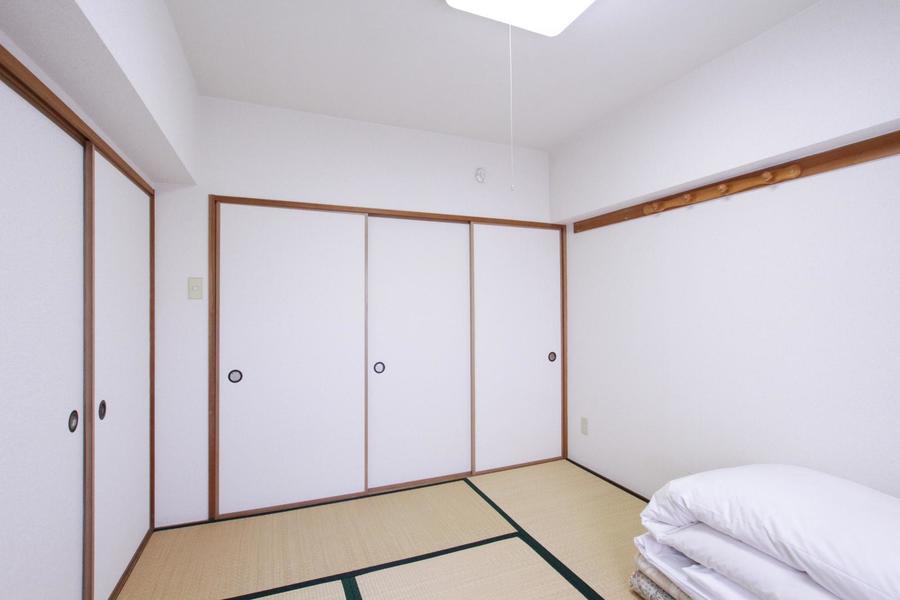洋室の隣は6帖の和室。お布団をご用意しております