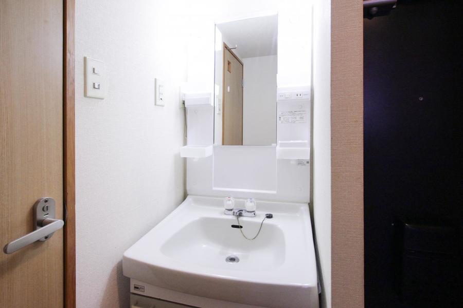 玄関横には洗面台。小物棚も多く収納も充実しています