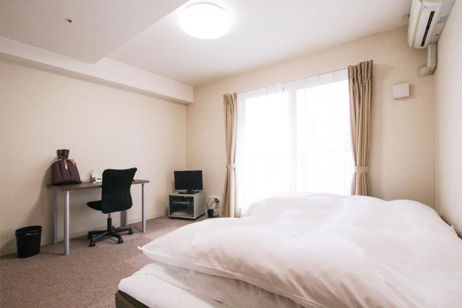 パープルグレーのカーペットがシックな印象を与えてくれる室内