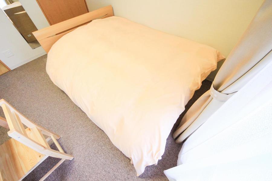 ゆとりあるダブルベッド。体の大きな方、海外のお客様に好評です