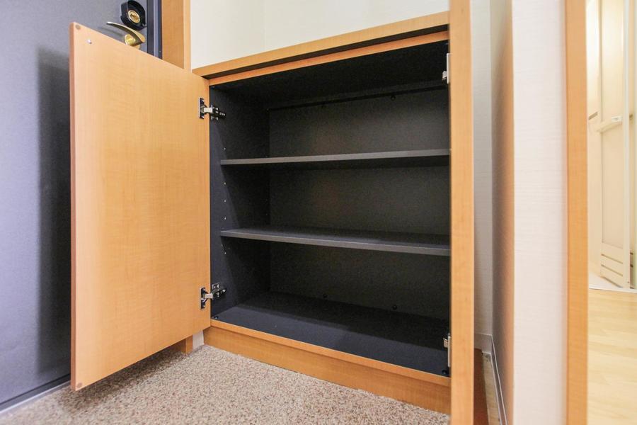 シューズボックスは小ぶりながら収納力抜群。小物置き場としても最適です