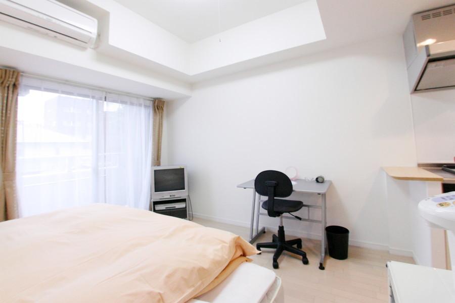 木目フローリングと白を基調としたシンプルで落ち着いた雰囲気のお部屋