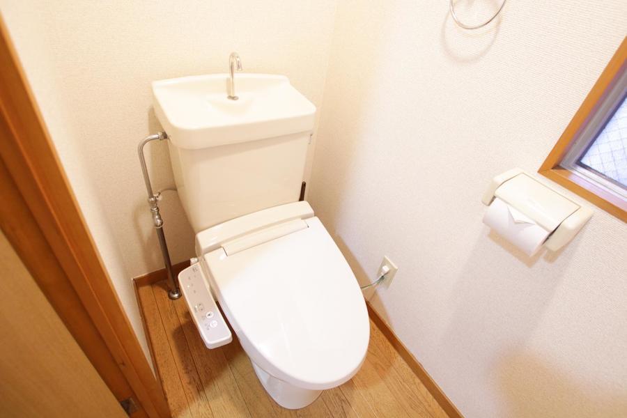 トイレは小窓がついているので換気もばっちり