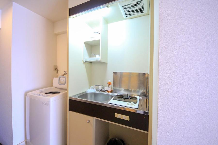 キッチンはシンプルかつコンパクト。お鍋や食器もご用意しています
