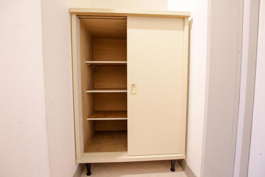 玄関にはシューズボックスを設置。アンティーク調の脚がポイント