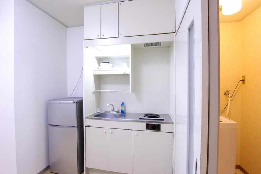 コンパクトなキッチンは使いやすく便利。収納棚もたっぷりです