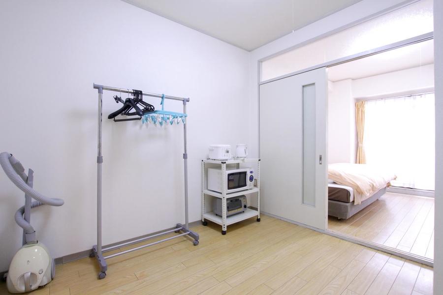 お部屋とダイニングの間はスライドドア。段差も少なめで安心です