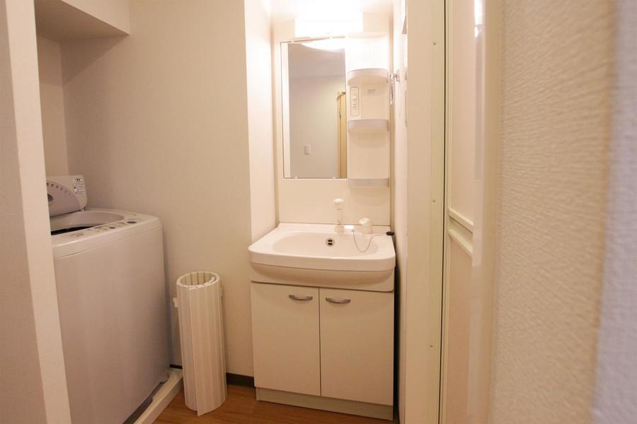 白を基調とした洗面台。シャンプドレッサーを完備しています