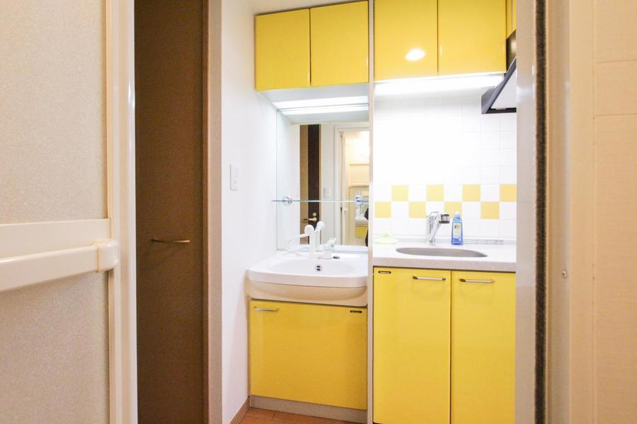 洗面台もキッチンとお揃いのビタミンイエロー。ポップなカラーリングです