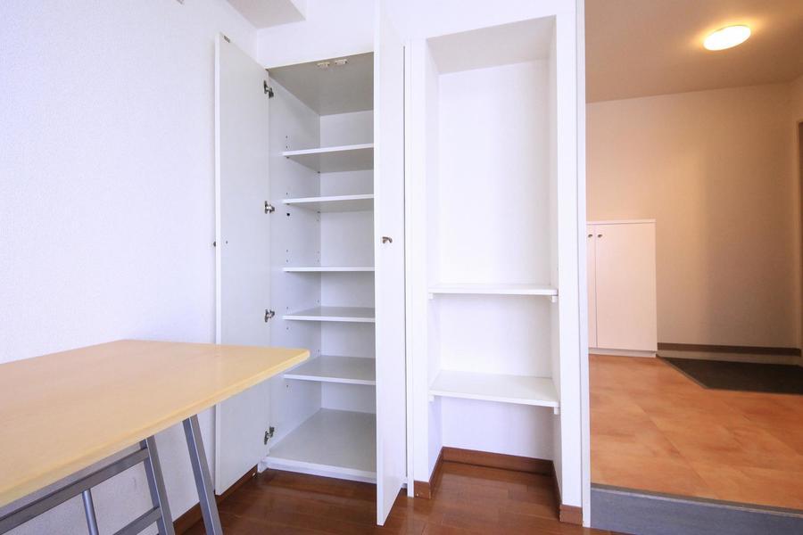 壁面と同じホワイトの収納棚。たっぷりの収納で荷物が多くなっても安心です