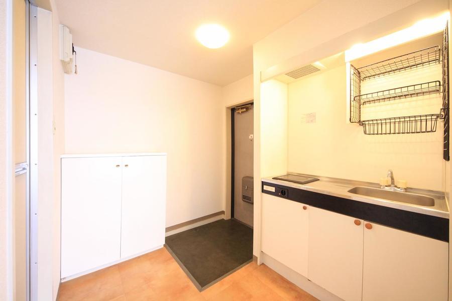 玄関からキッチンへと続く空間は広々と開放的