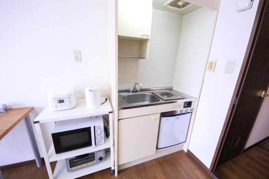 キッチンはコンパクトなサイズ。便利な戸棚つき