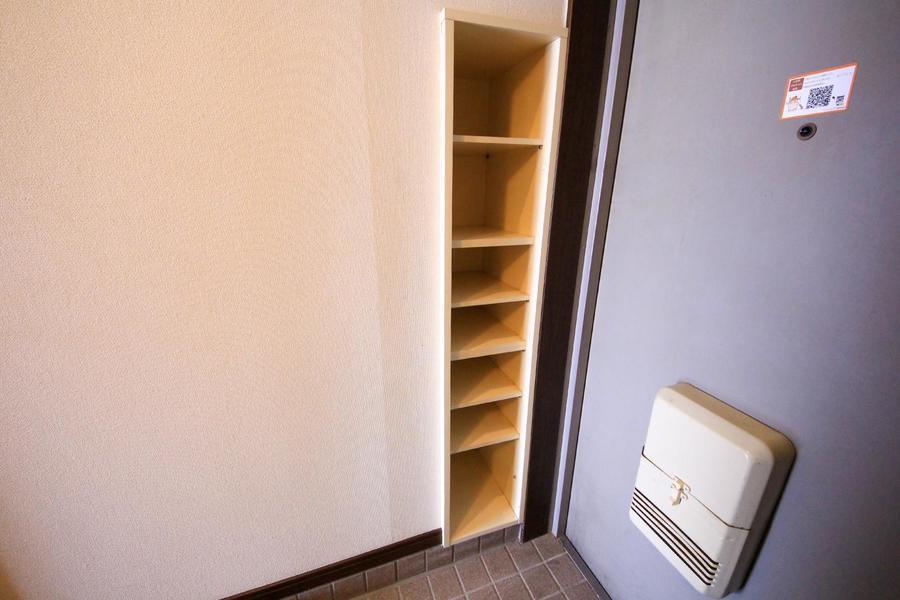 玄関横には収納。靴はもちろん、小物置き場としてもご活用ください