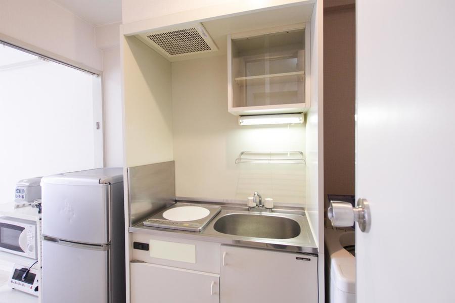 収納棚も完備されたキッチン。使い勝手のよいIHコンロです